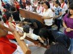 umat-katholik-pontianak-lakukan-perayaan-misa-paskah_20150406_165727.jpg
