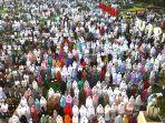 umat-musilm-sholat-idulfitri-1440-h-di-masjid-raya-bandung_20190608_095216.jpg