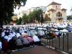 umat-muslim-lakukan-salat-idulfitri-1439-h_20180615_213302.jpg