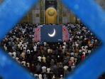 umat-muslim-sholat-gerhana-matahari-cincin-di-masjid-al-akbar_20191226_214900.jpg