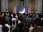 umat-muslim-sholat-gerhana-matahari-cincin-di-masjid-al-akbar_20191226_214902.jpg