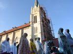 umat-muslim-sholat-ied-di-halaman-gereja-malang_20170626_145050.jpg
