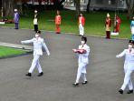 Ayah Paskibraka Sylvia Terharu & Menangis Lihat Anaknya Bawa Baki Saat Penurunan Bendera di Istana