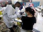 vaksinasi-covid-19-bagi-pedagang-pasar-tanah-abang_20210217_174830.jpg