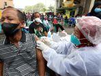 vaksinasi-covid-19-di-pasar-kebayoran_20210802_195132.jpg