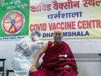 vaksinasi-dalai-lama.jpg