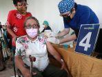 vaksinasi-lansia-dan-guru-di-lippo-mall-kemang_20210412_204059.jpg