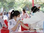 vaksinasi-massal-untuk-pelajar-di-sma-n-1-semarang_20210714_130513.jpg