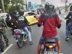 Viral Video Mobil Berpelat B Tabrak Polisi di Pos Penyekatan Mudik Prambanan hingga Terpental