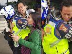 viral-video-polantas-gendong-penumpang-busway.jpg