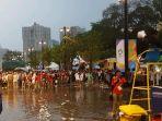 volunteer-yang-rela-hujan-hujanan_20180902_192319.jpg