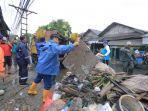 wali-kota-tangerang-bersihkan-sampah-pasca-banjir1.jpg