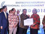 walikota-denpasar-terima-penghargaan-entrepreneur-award-2018_20181207_052442.jpg