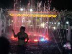 Wanita Berjoget Lalu Mandi dan Nyaris Bugil di Pancuran Bundaran Kota, Saat Ditegur Begini Reaksinya