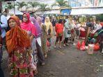warga-antri-membeli-sembako-di-pasar-palmerah_20200320_134035.jpg