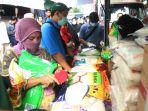 warga-antri-membeli-sembako-di-pasar-palmerah_20200320_134123.jpg