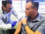 warga-as-disuntik-vaksin-corona-dari-pfizer.jpg