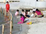 warga-bermain-di-pantai-ancol_20200620_223018.jpg
