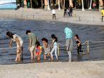 warga-bermain-di-pantai-ancol_20200620_223354.jpg