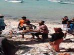 warga-dan-nelayan-mengevakuasi-penumpang-km-santika-nusantara-terbakar-di-perairan-masalembu.jpg