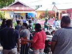 warga-datangi-kantor-desa-rumah-tiga-protes.jpg