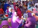 warga-kenduri-atau-makan-bersama-di-halaman-masjid-dusun-sorobayan-magelang_20160707_073144.jpg