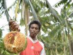 warga-kmapung-giringiring-kecamatan-bidukbiduk-menunjukan-kelapa-yang-dimakan-oleh-beruang-madu_20180220_144059.jpg