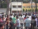 warga-meluapkan-emosinya-hingga-bersitegang-dengan-kepolisian-bangladesh.jpg