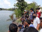 warga-memadati-bantaran-sungai-manggar-tempat-lokasi-kejadian-warga-diterkam-buaya.jpg