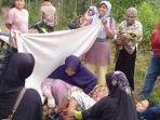 warga-membantu-ibu-hamil-yati.jpg