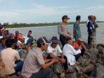 warga-memenuhi-buaya-di-perairan-desa-sebagin-kecamatan-simpangrimba_20170812_172744.jpg