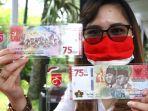 warga-memperlihatkan-uang-kertas-baru-pecahan-rp-75000_20200818_144607.jpg