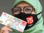 warga-memperlihatkan-uang-kertas-baru-pecahan-rp-75000_20200818_144803.jpg