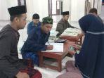 warga-menunaikan-zakat-fitrah-di-musola-miftahul-jannah_20210504_121232.jpg