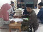 warga-menunaikan-zakat-fitrah-di-musola-miftahul-jannah_20210504_121343.jpg