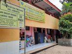Rumah Terendam Banjir, Warga Pejaten Timur Ungsikan Barang Berharga ke Gedung Sekolah