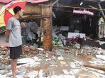 warga-saat-melihat-kesebuah-rumah-yang-hancur-akibat-tsunami-selat-sunda.jpg