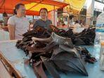 warga-saat-membeli-daging-kelelawar-di-pasar-pisangkulan-karombasa.jpg