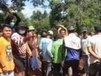 Kesal Jalan Rusak Gara-gara Proyek, Warga di Indramayu Blokade Jalan Pakai Batang Kayu