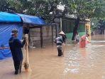 warga-tebar-jaring-di-banjir-bintara-1.jpg
