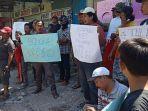 warga-yang-menggelar-aksi-demonstrasi-di-depan-kantor-pt-sinar-suri.jpg