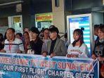 wisatawan-asal-china-mendarat-di-bandara-internasional-minangkabau-bim-padang.jpg