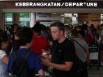 wisatawan-menumpuk-di-bandara-lombok_20180806_185059.jpg