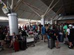 wisatawan-menumpuk-di-bandara-lombok_20180806_190456.jpg