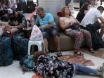 wisatawan-menumpuk-di-bandara-lombok_20180806_190644.jpg