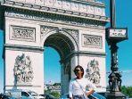 wisatawan-yang-berfoto-dengan-latar-belakang-arc-de-triomphe.jpg