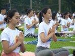 yoga-massal-di-surabaya-peringati-hari-yoga-internasional_20160622_014705.jpg