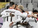 zlatan-ibrahimovic-kiri-bersatu-dengan-rekan-satu-tim-saat-mereka-merayakan-gol.jpg