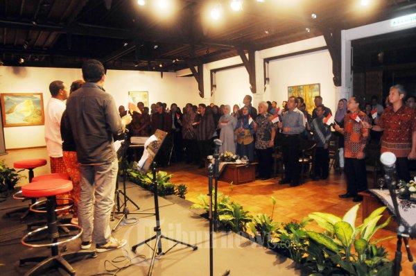 Para Undangan Berdiri Nyanyikan Lagu Pancasila Rumah Kita cip Al