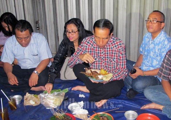 Lahap Jokowi Nikmati Makan Malam di Cangkringan Fatmawati